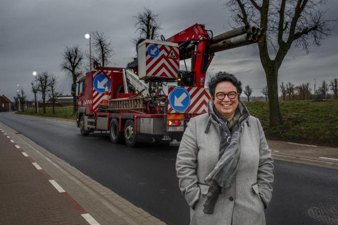 Schepen Sherley Beernaert bij de werken. Momenteel is Fluvius bezig in de Roeselaarsestraat en de Passendaalsestraat.© Jan Stragier