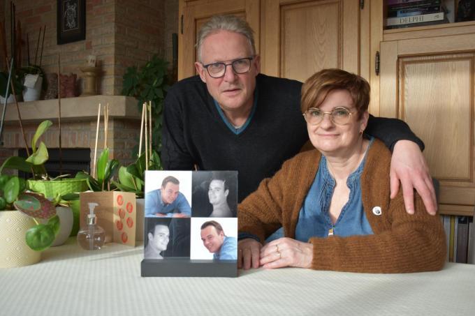 """Hans De Vrieze en Gudrun Vandeginste bij het portret van hun vermoorde zoon Bjorn. """"Ik betwijfel of ze de dader met die milde straf een dienst bewijzen.""""© LK"""