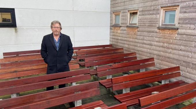 Schepen Ives Goudeseune tussen de oude zitbanken. (Foto TOGH)