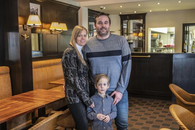 Christophe en Nathalie zijn de nieuwe gezichten van De Witte Merel, we zien ze samen met hun zoon Noan. (foto SB)©STEFAAN BEEL Stefaan Beel