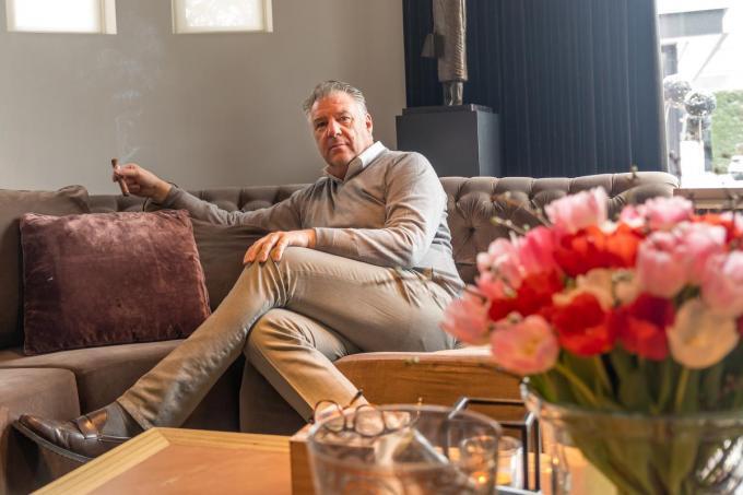 Paul Degroote genietend in de huiselijke omgeving.©Wouter Meeus