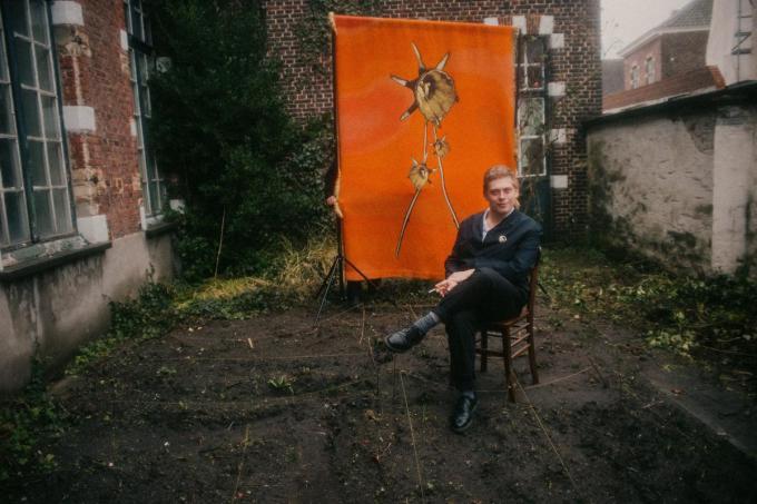 Thomas in zijn stadstuintje waar straks een hele reeks narcissen uit groeien. (Foto Daniil Lavrovski)