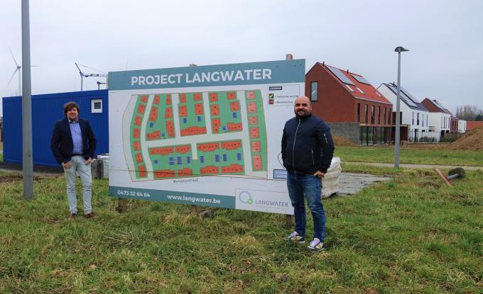 Vlaams parlementslid Jeremie Vaneeckhout en Kortrijks gemeenteraadslid David Wemel aan de ingang van project Langwater. Een volgens het duo onnodige verkaveling op 't Hoge in Kortrijk. (foto AN)