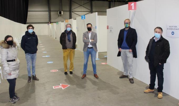 Delphine De Jaegher (Fairs & Events), Wim Devreese (Wandman), Koen Damman (Fairs & Events), Stijn Pauwels (Anylink bvba), Jelle Lefebvre (Marny nv) en Chris Baert in de ingerichte vaccinatieruimte. (foto DJW)