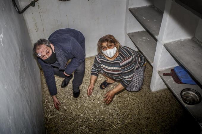 Ondergelopen kelders in de Fabriekslaan. Op de foto: gemeenteraadslid Andy Vandoorne (SP.A) samen met bewoonster Sabrije.© JS