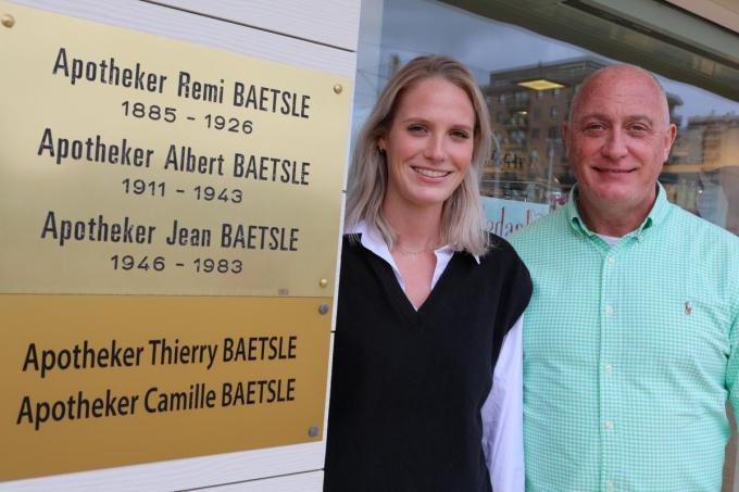 Vader Thierry en dochter Camille zijn de vierde en vijfde generatie van het apothekersgeslacht Baetslé.© Peter Maenhoudt