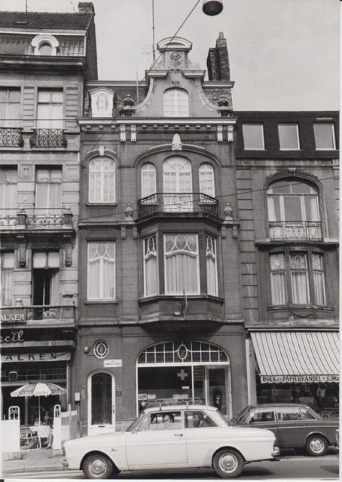 De apotheek van Albert Baetslé in de Elisabethlaan in Gent in de vorige eeuw. Nu is het pand een beschermd monument.© PM/BVG