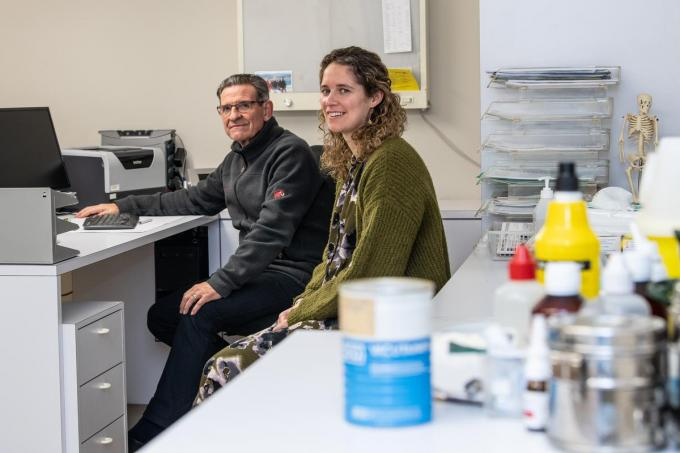 Dokters José Vanlerberghe en Stephanie Wante op coronaveilige afstand in het dokterskabinet.©Frank Meurisse Frank Meurisse