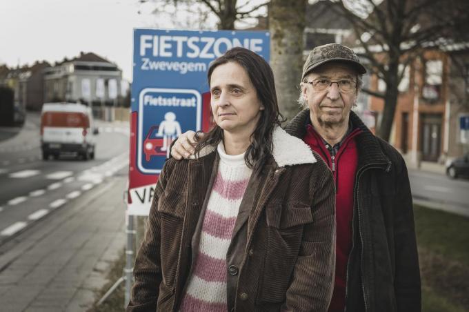 Wendy en Luc, de mama en opa van de betreurde Kato, bij de aankondiging van de fietszone in Zwevegem.© Olaf Verhaeghe