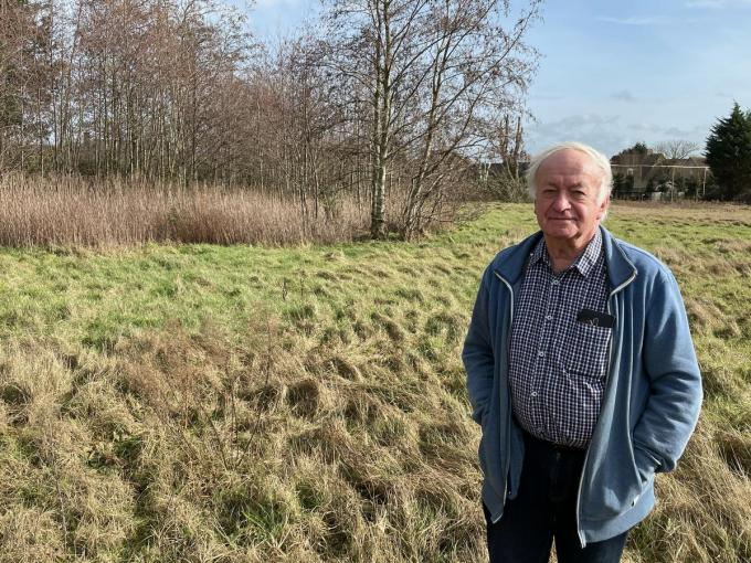 """Bewoner Mathieu De Vestele: """"Dit was vroeger geen bouwgrond, maar een moeras met in het midden zelfs een vijver.""""© LB"""