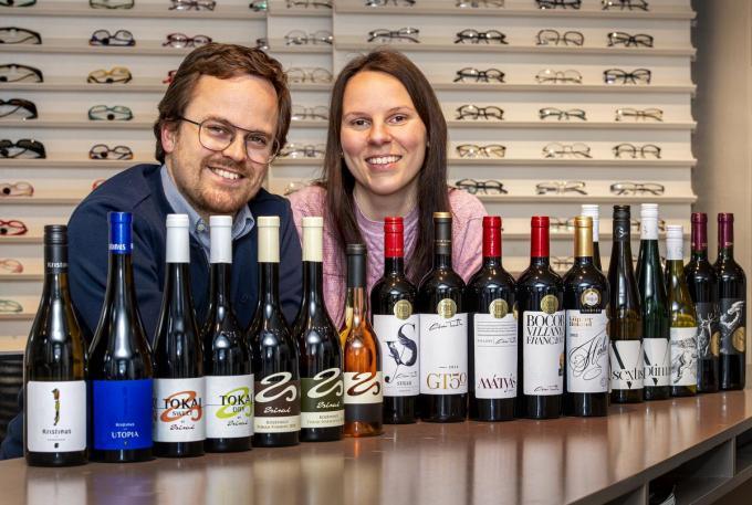 Bert Lemahieu en Edit Tordai tussen hun Hongaarse en Zuid-Afrikaanse wijnen.©JOKE COUVREUR