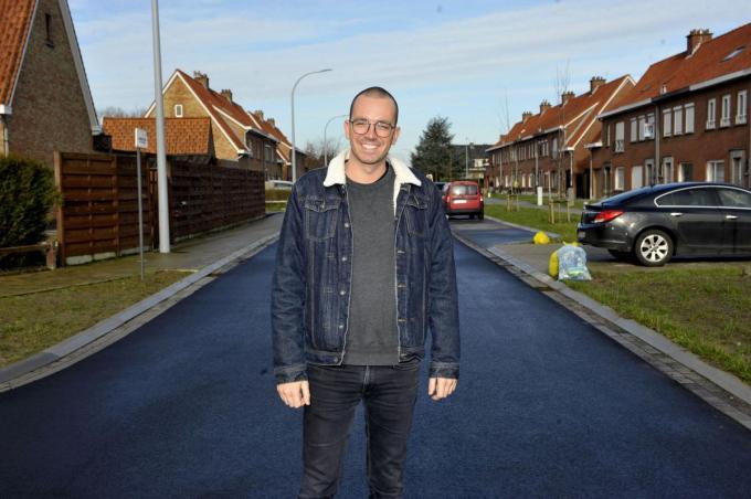 Dries Couckuyt in de Jan Breydelstraat in Ingelmunster, die hij binnen enkele maanden ook verlaat, ongetwijfeld voor een stad. (foto FODI)©FODI