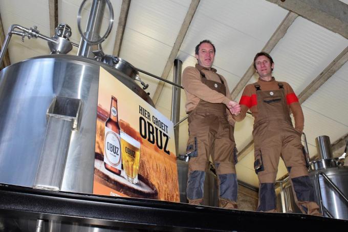 Henk Lemaire en Stef Dejonghe in hun gloednieuwe brouwerij op het domein van Waterfields in Passendale. (foto ZB)©zenon bekaert beselare