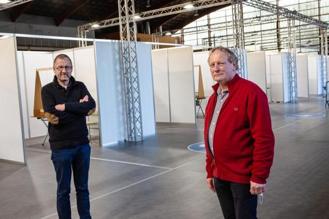 Filip Strobbe samen met dr. Jan Wynsberghe in het vaccinaitecentrum.©Davy Coghe Davy Coghe
