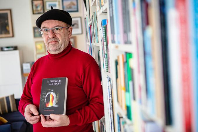 Hugo Moeyaert stelt trots zijn boek voor. (Foto Davy Coghe)© Davy Coghe