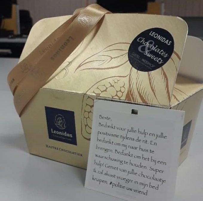 Gert-Jan bedankte de politie voor hun hulp met een doosje pralines.© GF