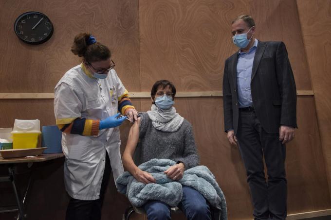 Magda Brysbaert kreeg de eerste vaccinatieprik in Poperinge.©MICHAEL DEPESTELE MD