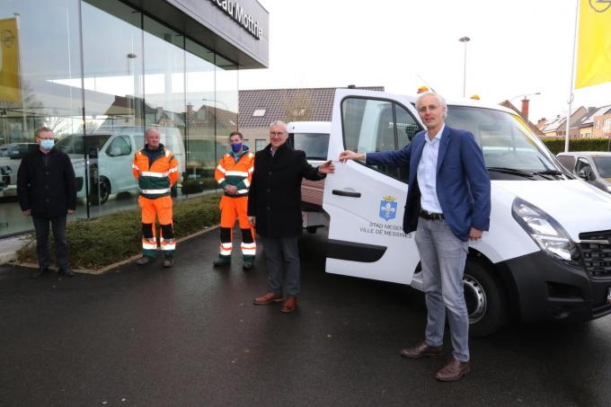 Benoit Mottrie overhandigd de sleutels van de nieuwe wagen aan burgemeester Evrard.©Eric Flamand EF