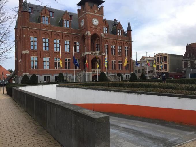 De vlaggen aan het gemeentehuis van Knokke hangen halfstok.© MP