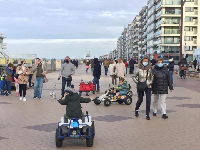 In Knokke was het vandaag al gezellig druk op de dijk.© MP