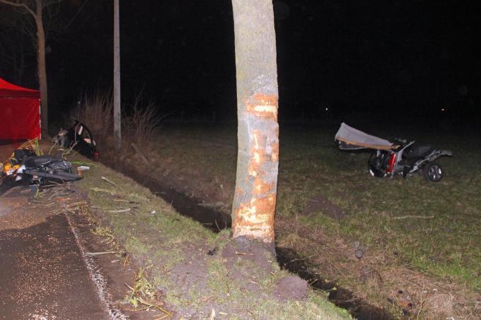 Bij de zware klap brak de wagen van de 21-jarige bestuurder in twee.© Geert Vanhessche