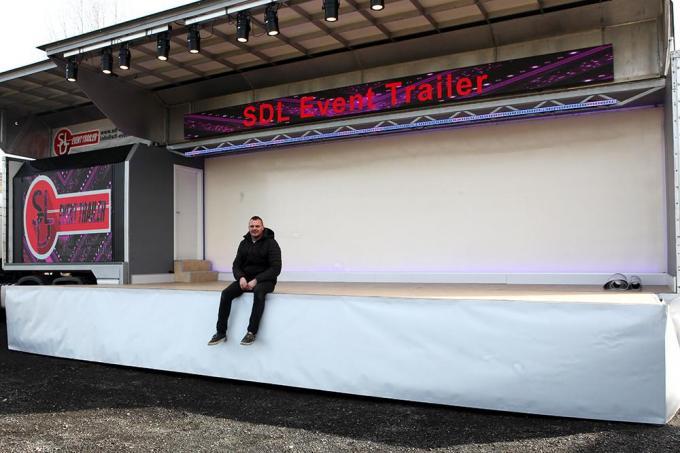 Jurgen Demortier zit op het podium van zijn nieuwe trailer.© PADI/Daniël