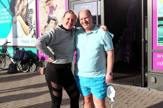 Trisha en Kurt Harhuis voor hun zaak All-Inn Fitness Izegem.© PADI/Daniël