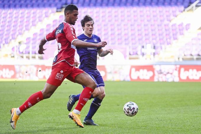 Kortrijk's Zinho Gano en Anderlecht's Lucas Lissens strijden om de bal.©LAURIE DIEFFEMBACQ BELGA
