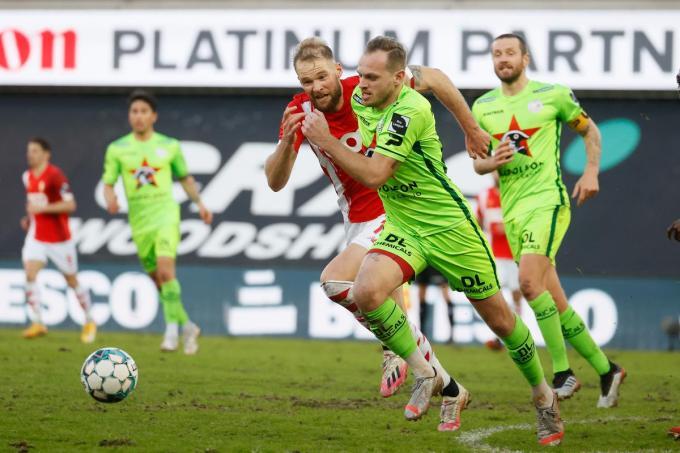 Standard's Joao Klauss De Mello and Essevee's Laurens De Bock strijden om de bal.©BRUNO FAHY BELGA