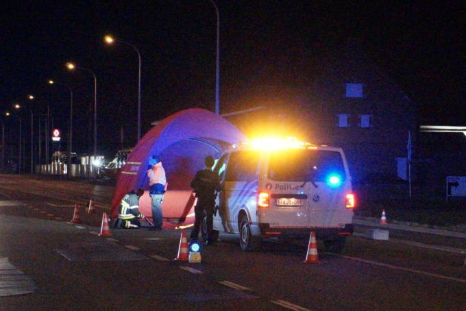 De brandweer kwam ter plaatse en zette een tent boven de plaats waar de man werd aangetroffen.©foto gs