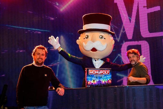 Pieter De Wulf (links) samen met DJ 4T4, tijdens de voorstelling van Monopoly Discotheken in Hasselt.