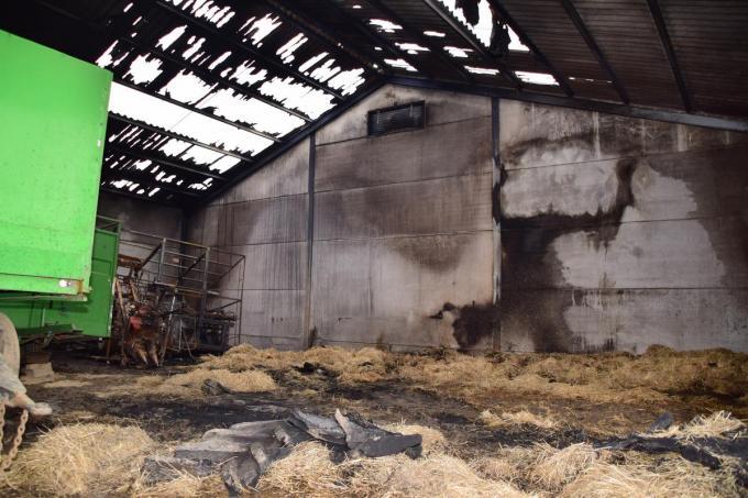 Het dak is volledig vernield door de vlammen, de muren zijn zwartgeblakerd maar het ergste is dat door de hitte de metalen dakstructuur aangetast is.© JH