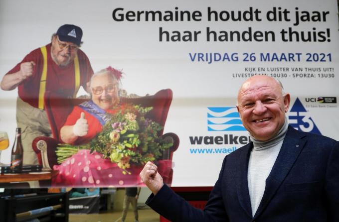 Jacques Coussens met de nieuwe banner.©VDB / Bart Vandenbroucke VDB