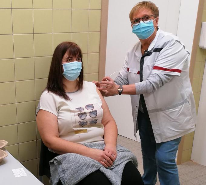 Ook in vaccinatiecentrum Furnevent in Veurne is men gestart met de vaccinaties.© Myriam Van den Putte