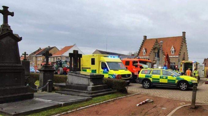 Aan het Sint-Brigidaplein in Beveren-Aan-Den-IJzer raakten twee arbeiders gewond toen een werfput waarin ze stonden gedeeltelijk instortte.© Jelle Houwen