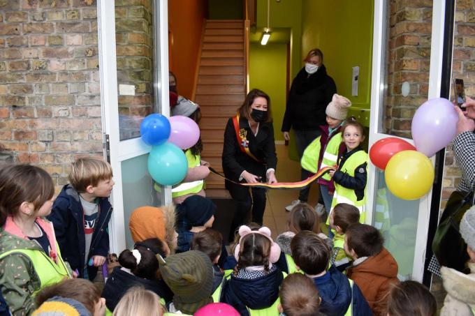 Burgemeester Emmily Talpe knipte het lint naar de nieuwe lokalen door.© EG