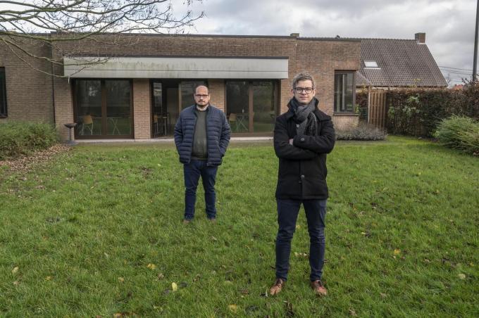 Gemeenteraadslid Frederik Demeyere en schepen van Sociale Zaken en Welzijn Dimitri Carpentier voor de CentruM-zaal.© foto JT