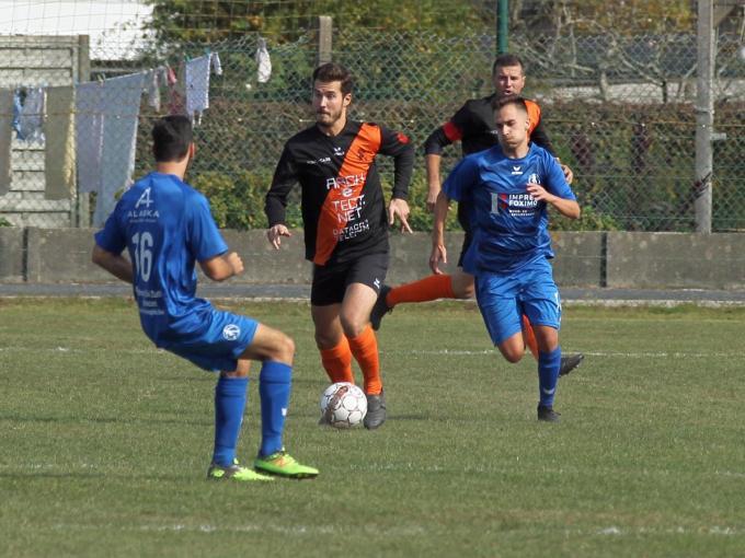 Aleksandar Janevski met de bal aan de voet.© foto Bart