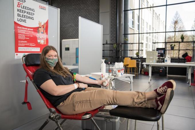 Friedl Perilleux (20) geeft voor de tweede maal bloed tijdens een inzameling.© TV