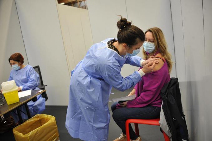 Dinsdagnamiddag werden de eerste vaccins gezet in De Valkaart in Oostkamp.© GS