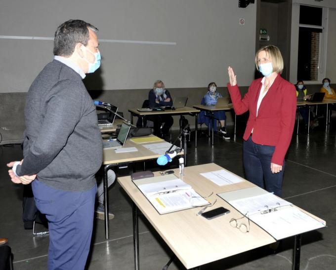 Sandy Priem legt de eed af bij Steven De Maesschalck, voorzitter van de gemeenteraad.©FODI FODI