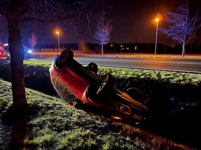 De auto kwam op zijn dak in de gracht terecht.© JVM