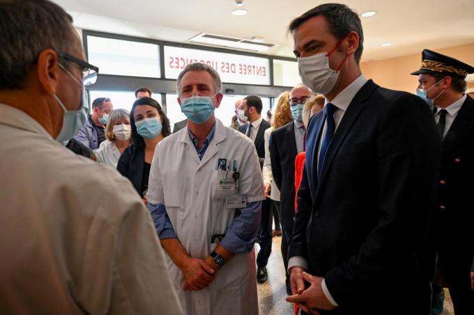 Frans gezondheidsminister Olivier Véran bracht een bezoek aan het medisch centrum in Duinkerke.© REUTERS