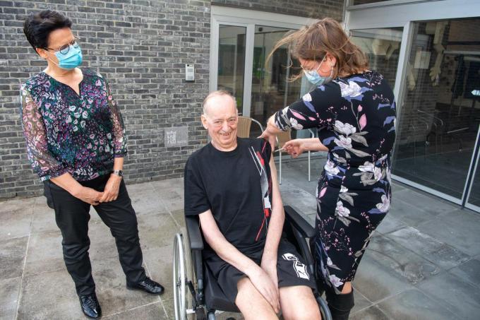 Hilde Vierstraete (links) ziet dat de vaccinatie goed verloopt in 't Venster. (foto Frank)© Frank Meurisse