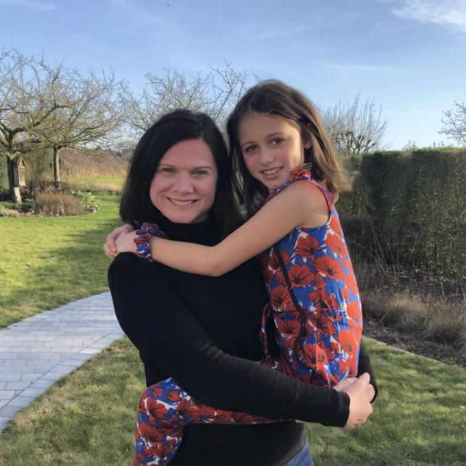 Heleen Devos met dochter Stella (8), die een jumpsuit draagt van The Extra Smile.© DS