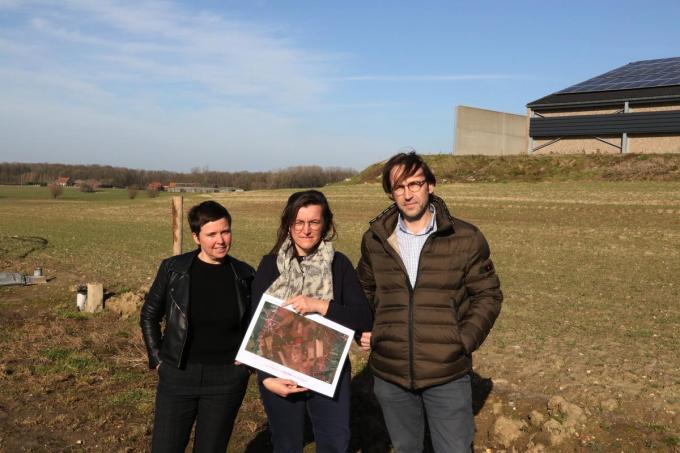We zien v.l.n.r. Regine Hautekeur, Anita Garreyn en Andy Deleu voor de plaats waar de nieuwe stallen zouden komen.© EF