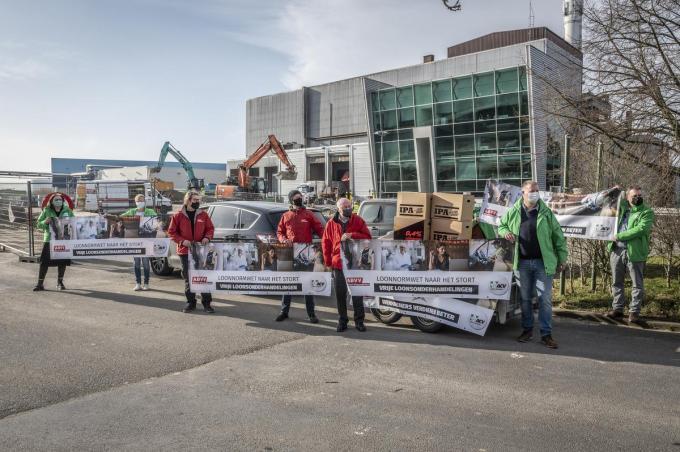 Aan het Roeselaarse recyclagepark hielden de vakbonden hun actie. Ze brachten de loonnormwet naar 'het stort'.©STEFAAN BEEL Stefaan Beel