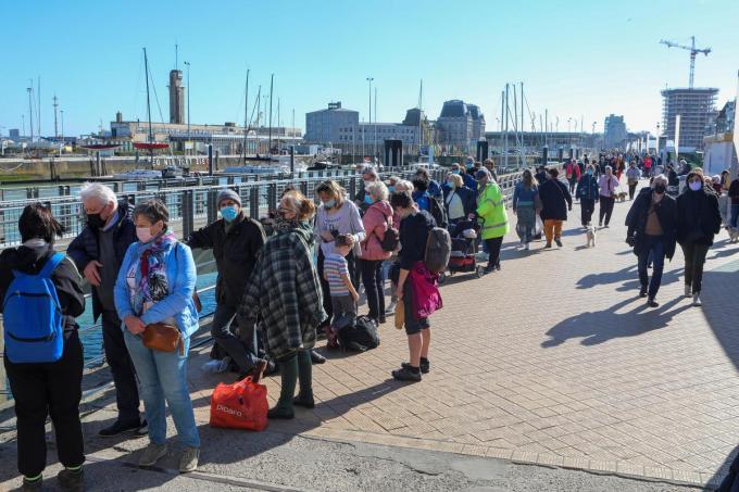 Het mooie weer lokte woensdag opnieuw duizenden mensen met de trein naar de kust.©Peter MAENHOUDT PM