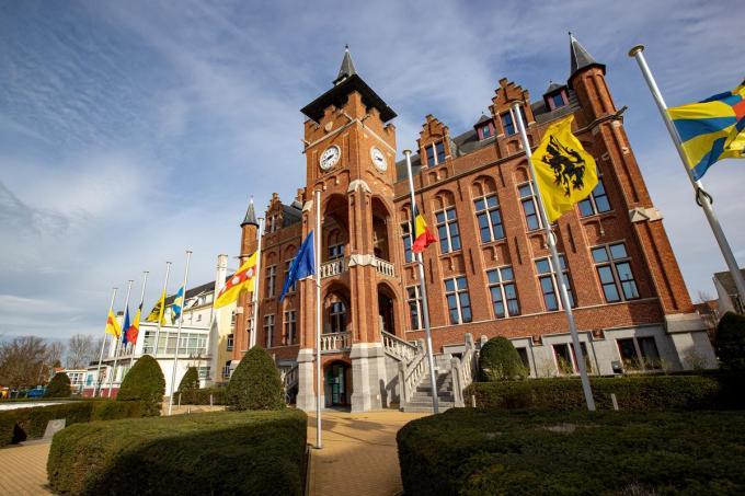 Sinds het overlijden van burgemeester Lippens hangen de vlaggen aan 'zijn' gemeentehuis halfstok.© BELGA