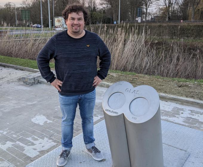 Schepen Valentijn Despeghel (SP.A) bij de ondergrondse glasbol aan de Rijselpoort. (Foto TOGH)